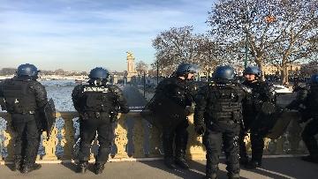 21 - Gilet Gialli sfilano agli Champs Elysee per la 14esima settimana di mobilitazione consecutiva