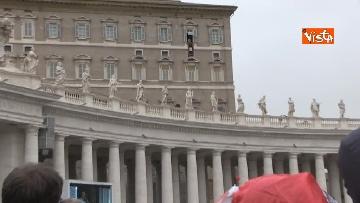 4 - Papa Francesco in piazza San Pietro per il 'Regina Coeli' domenicale