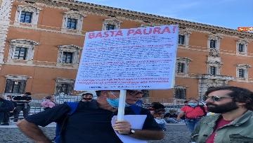 4 - Sovranisti e negazionisti Covid in piazza a Roma, le foto
