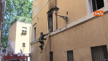 1 - Incendio in un appartamento nel centro di Roma, l'intervento dei Vigili del Fuoco