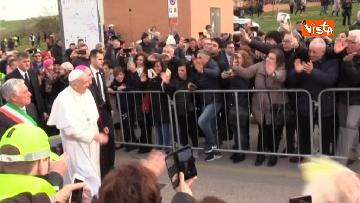 6 - Papa Francesco a piedi tra i fedeli a Pietralcina, nella terra di San Pio