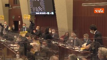 5 - Bagarre in consiglio regionale Lombardia, M5S fa sospendere la seduta con fischietti e cartelli