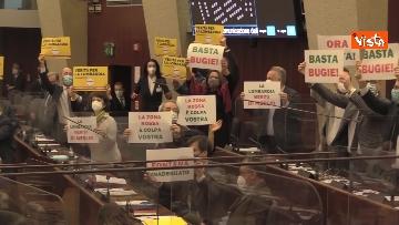 3 - Bagarre in consiglio regionale Lombardia, M5S fa sospendere la seduta con fischietti e cartelli
