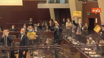 6 - Bagarre in consiglio regionale Lombardia, M5S fa sospendere la seduta con fischietti e cartelli