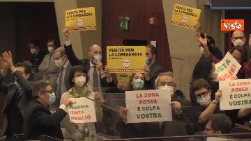 4 - Bagarre in consiglio regionale Lombardia, M5S fa sospendere la seduta con fischietti e cartelli