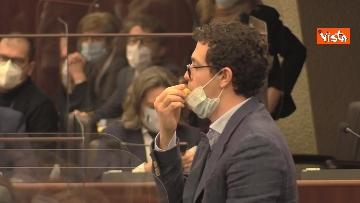 7 - Bagarre in consiglio regionale Lombardia, M5S fa sospendere la seduta con fischietti e cartelli