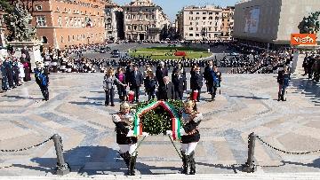 5 - Festa della Repubblica, Mattarella rende omaggio a Monumento Milite Ignoto all'Altare della Patria