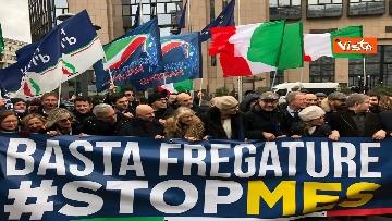 2 - Protesta FdI contro il Mes a Bruxelles, Meloni canta l'inno d'Italia sotto le istituzioni europee