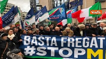 4 - Protesta FdI contro il Mes a Bruxelles, Meloni canta l'inno d'Italia sotto le istituzioni europee
