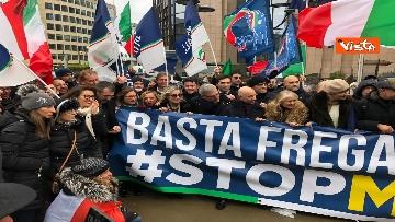 3 - Protesta FdI contro il Mes a Bruxelles, Meloni canta l'inno d'Italia sotto le istituzioni europee