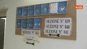 5 - Alle urne in Veneto, nei seggi di Venezia tra disinfettante e mascherine, le immagini