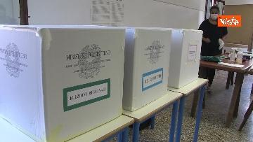 8 - Alle urne in Veneto, nei seggi di Venezia tra disinfettante e mascherine, le immagini
