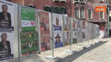 2 - Alle urne in Veneto, nei seggi di Venezia tra disinfettante e mascherine, le immagini