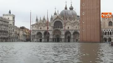 3 - San Marco e il centro di Venezia sommersi dall'acqua, un'atmosfera surreale