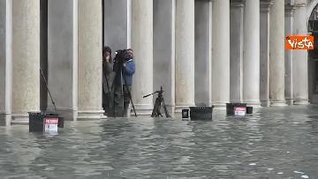 2 - San Marco e il centro di Venezia sommersi dall'acqua, un'atmosfera surreale