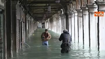6 - San Marco e il centro di Venezia sommersi dall'acqua, un'atmosfera surreale