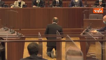 1 - Bagarre in consiglio regionale Lombardia, M5S fa sospendere la seduta con fischietti e cartelli