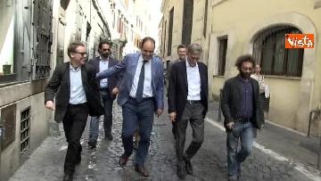 1 - I capigruppo del Pd Graziano Delrio e Andrea Marcucci vanno a piedi dalla sede del Nazareno verso la Camera per le consultazioni