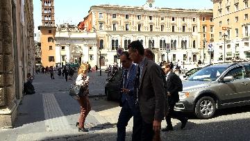6 - I capigruppo del Pd Graziano Delrio e Andrea Marcucci vanno a piedi dalla sede del Nazareno verso la Camera per le consultazioni