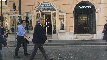 5 - I capigruppo del Pd Graziano Delrio e Andrea Marcucci vanno a piedi dalla sede del Nazareno verso la Camera per le consultazioni
