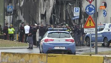 7 - Aereo si schianta contro un palazzo a Milano. Le foto delle ricerche dei soccorritori