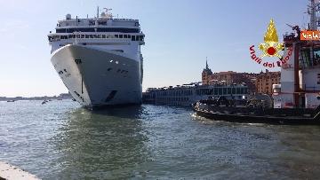 10 - Scontro a Venezia fra nave da crociera e battello turistico le verifiche dei vvf dopo l'incidente