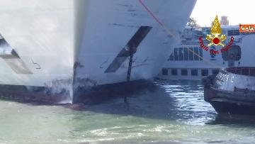 6 - Scontro a Venezia fra nave da crociera e battello turistico le verifiche dei vvf dopo l'incidente