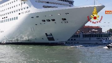 4 - Scontro a Venezia fra nave da crociera e battello turistico le verifiche dei vvf dopo l'incidente