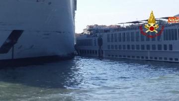 8 - Scontro a Venezia fra nave da crociera e battello turistico le verifiche dei vvf dopo l'incidente