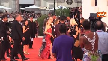 6 - Venezia, Scarlett Johansson, Adam Driver e Laura Dern si dirigono verso il red carpet. Fan impazziti