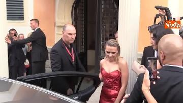 2 - Venezia, Scarlett Johansson, Adam Driver e Laura Dern si dirigono verso il red carpet. Fan impazziti
