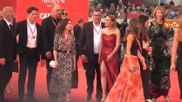 4 - Venezia, Scarlett Johansson, Adam Driver e Laura Dern si dirigono verso il red carpet. Fan impazziti