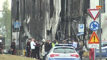 4 - Aereo si schianta contro un palazzo a Milano. Le foto delle ricerche dei soccorritori