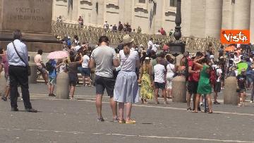 1 - Tanti fedeli per l'Angelus del Papa da piazza San Pietro, le foto