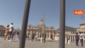 3 - Tanti fedeli per l'Angelus del Papa da piazza San Pietro, le foto