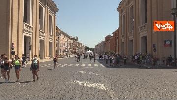5 - Tanti fedeli per l'Angelus del Papa da piazza San Pietro, le foto