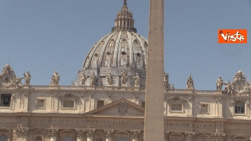 4 - Tanti fedeli per l'Angelus del Papa da piazza San Pietro, le foto