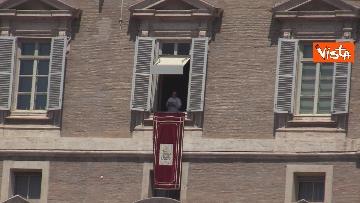2 - Tanti fedeli per l'Angelus del Papa da piazza San Pietro, le foto