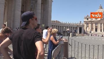 8 - Tanti fedeli per l'Angelus del Papa da piazza San Pietro, le foto
