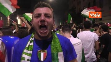 9 - Le strade di Roma si riempiono di tricolori e fumogeni dopo la vittoria dell'Europeo. Le foto