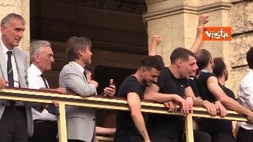 14 - La Nazionale azzurra lascia Palazzo Chigi e sale sul pullman scoperto per salutare i tifosi. Le foto