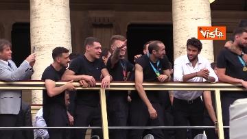 12 - La Nazionale azzurra lascia Palazzo Chigi e sale sul pullman scoperto per salutare i tifosi. Le foto