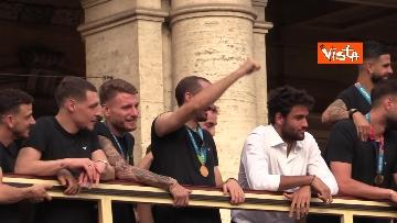 13 - La Nazionale azzurra lascia Palazzo Chigi e sale sul pullman scoperto per salutare i tifosi. Le foto