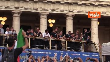 11 - La Nazionale azzurra lascia Palazzo Chigi e sale sul pullman scoperto per salutare i tifosi. Le foto
