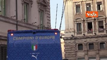 9 - La Nazionale azzurra lascia Palazzo Chigi e sale sul pullman scoperto per salutare i tifosi. Le foto