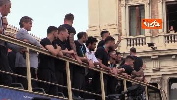 10 - La Nazionale azzurra lascia Palazzo Chigi e sale sul pullman scoperto per salutare i tifosi. Le foto