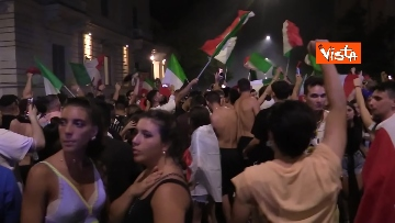 7 - Le strade di Roma si riempiono di tricolori e fumogeni dopo la vittoria dell'Europeo. Le foto