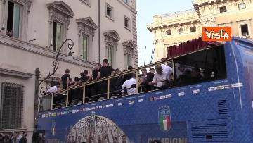 8 - La Nazionale azzurra lascia Palazzo Chigi e sale sul pullman scoperto per salutare i tifosi. Le foto