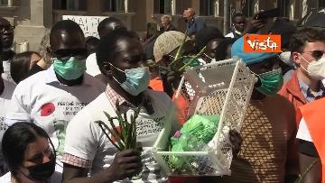 """4 - Le foto dei volti dei lavoratori """"invisibili"""" alla protesta dei braccianti di Montecitorio"""