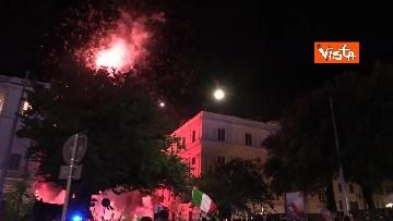 1 - Le strade di Roma si riempiono di tricolori e fumogeni dopo la vittoria dell'Europeo. Le foto